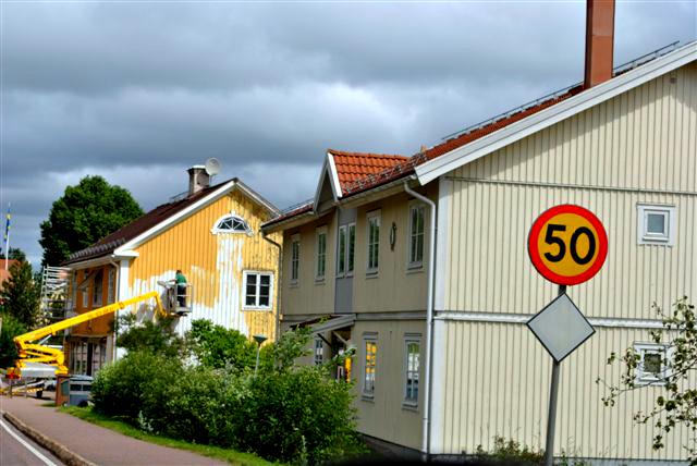 Målning av hus med skylift
